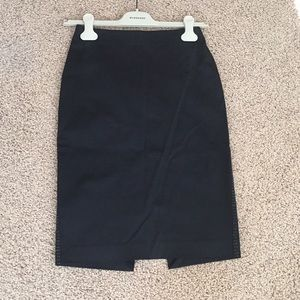 Pencil skirt with details on the sides.